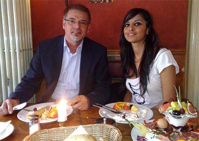 Collien beim Frühstück mit Gerhard Gottwald, Marketingchef bei golocal